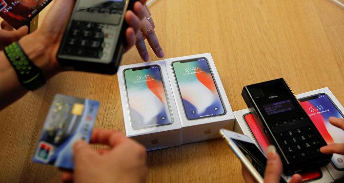Novos telefones iPhone X são comprados em uma loja da Apple em Pequim, China, em 3 de novembro de 2017