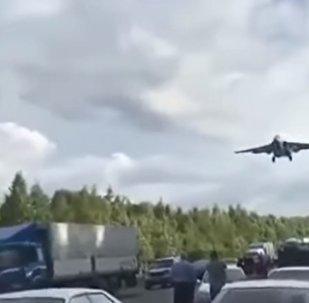 Avião em estrada da região russa de Khabarovsk durante treinamento militar