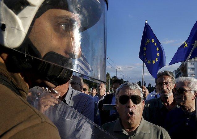 Manifestantes pró-UE pedem ao governo grego para fechar um acordo com credores internacionais e garanta o futuro da Grécia na zona do euro em Atenas (foto de arquivo)