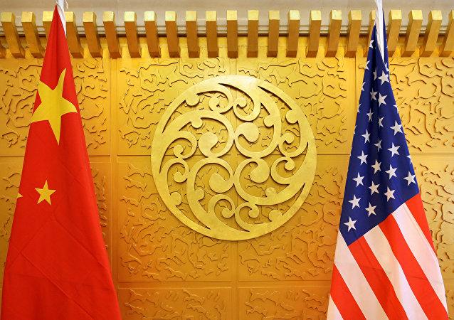 Bandeira chinesa e norte-americana são expostas para reunião durante a visita da Secretária de Transportes dos EUA, Elaine Chao, no Ministério dos Transportes da China em Pequim, em 6 de agosto de 2018