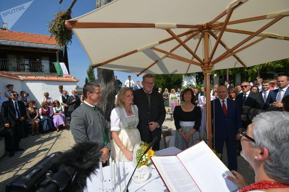 Presidente russo assiste ao casamento da ministra do Exterior da Áustria em 18 de agosto de 2018