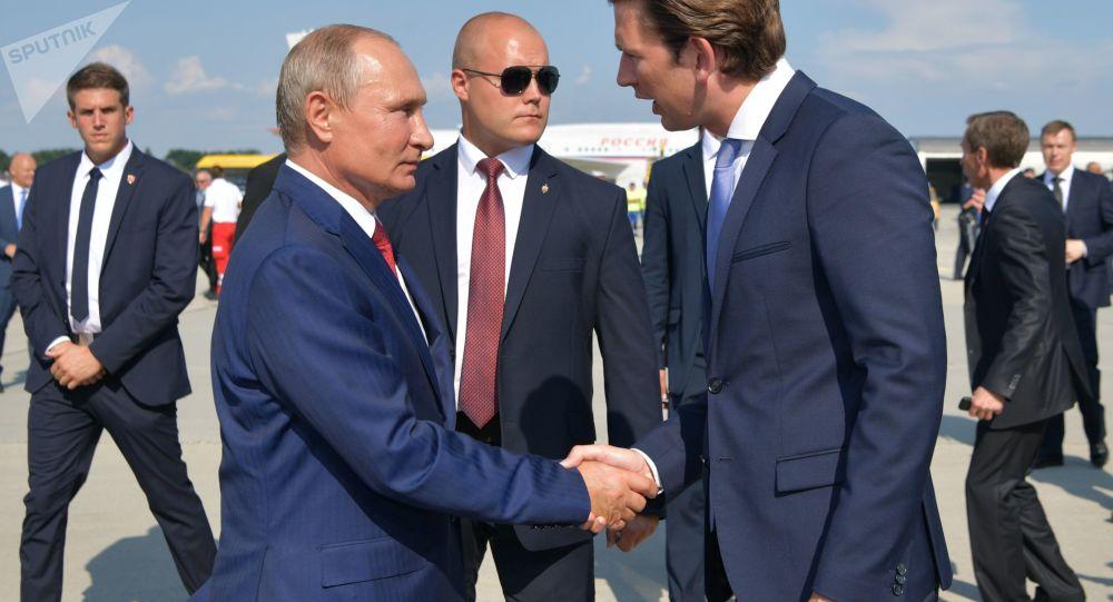 O chanceler federal austríaco Sebastian Kurz aguarda o presidente russo no aeroporto de Graz, Áustria