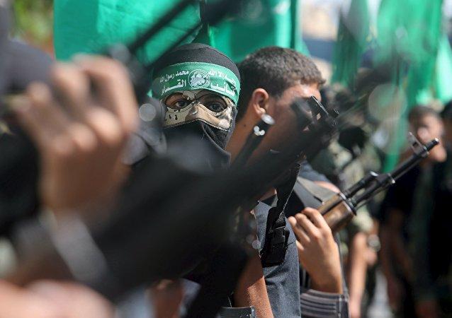 Militantes palestinos do Hamas participam de um protesto contra a operação da polícia israelense na mesquita de al-Aqsa, no sul da Faixa de Gaza, em 18 de setembro de 2015 (imagem de arquivo)