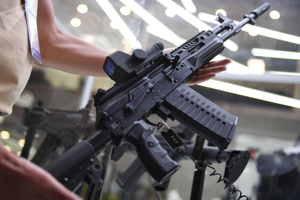 Consórcio russo Kalashnikov demonstra um dos seus últimos avanços – o fuzil de assalto AK-308 com mira dióptrica e coronha retrátil regulável