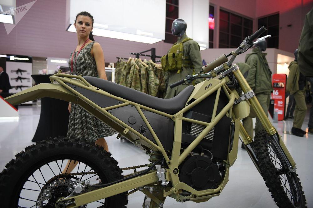 Nova moto elétrica Izh desenvolvida pelo consórcio de armamentos russo Kalashnikov, no Fórum EXÉRCITO 2018