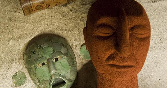 Réplica de uma tumba maia cercada por uma máscara de jade e joias de um rei maia, durante a exposição Rostos da Divindade no Museu Nacional de Antropologia e História, na Cidade do México, 12 de agosto de 2010 (imagem referencial)