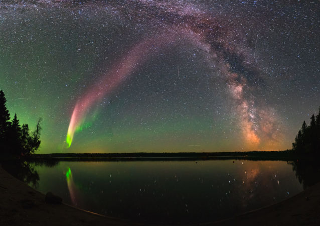 Fenômeno STEVE sobre um lago na província de Manitoba, Canadá