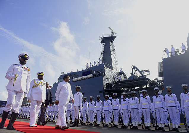 O presidente do Sri Lanka, Maithripala Sirisena, inspeciona a guarda de honra de marinheiros durante o comissionamento de uma nova embarcação de patrulha no porto de Colombo, em 2 de agosto de 2017