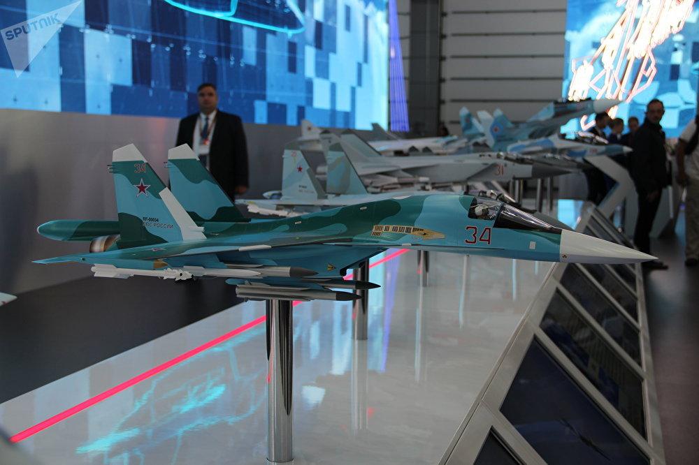 Réplicas de aviões militares russos são mostradas durante o fórum militar EXÉRCITO 2018
