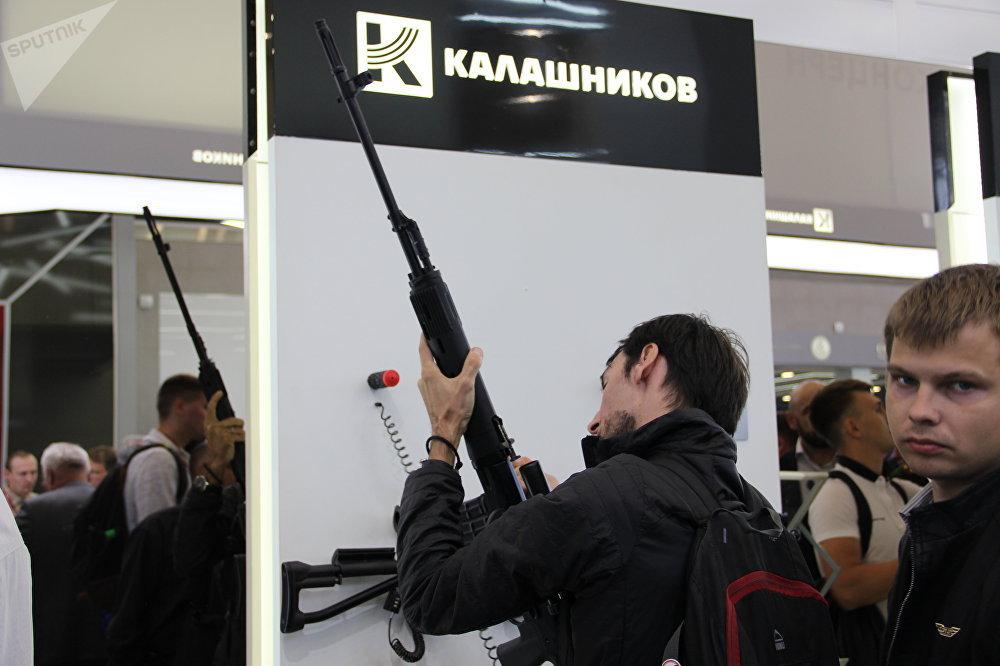 Visitante testa fuzil do consórcio Kalashnikov durante o fórum militar EXÉRCITO 2018