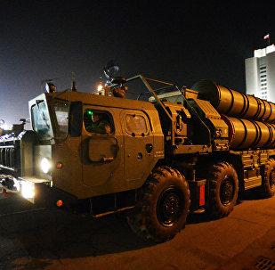 Sistema de mísseis de defesa aérea S-400 no ensaio da parada do dia da vitória em Vladivostok