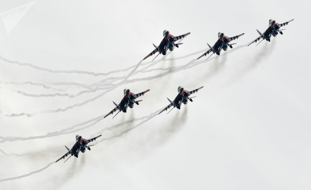 Caças MiG-29 do grupo de alta pilotagem Strizhi durante os voos de demonstração no fórum militar EXÉRCITO 2018, nos arredores de Moscou