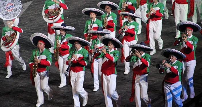 Grupo mexicano Banda Monumental participa da abertura do festival Spasskaya Bashnya na Praça Vermelha, em 24 de agosto de 2018