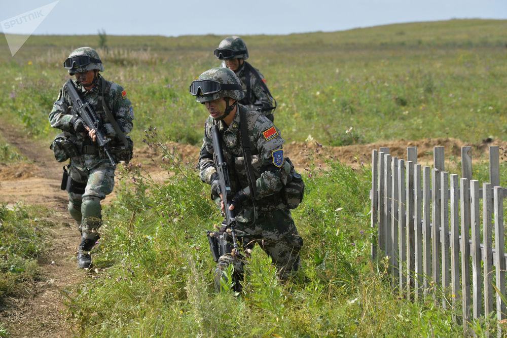 Militares da China praticam eliminação de ameaças terroristas durante as manobras internacionais
