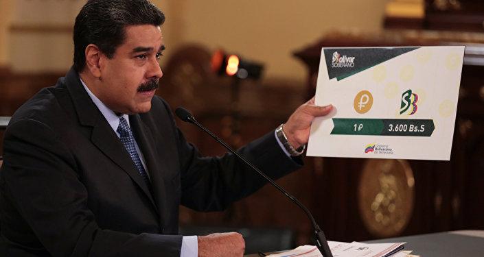 Presidente da Venezuela, Nicolás Maduro, segurando uma placa mostrando o valor de uma Petro em comparação com a nova moeda venezuelana, durante reunião com os ministros no Palácio de Miraflores em Caracas, Venezuela, em 17 de agosto de 2018