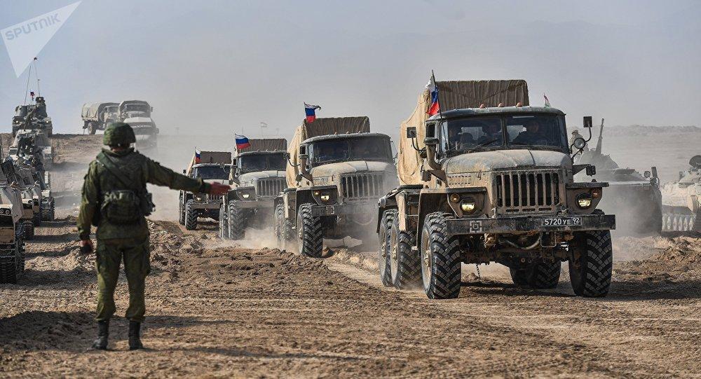 Equipamento militar russo durante manobras conjuntas dos países da Organização do Tratado de Segurança Coletiva no território de Tajiquistão
