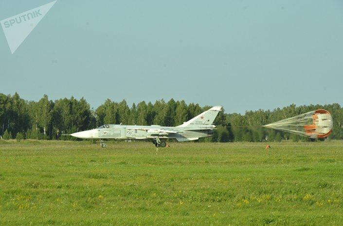 Bombardeiro russo Su-24M na base aérea russa de Shagol durante as manobras Mirnaya Missiya 2018