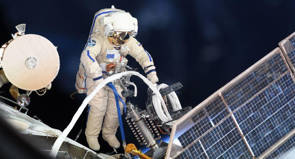 Astronauta russo durante passeio em espaço aberto