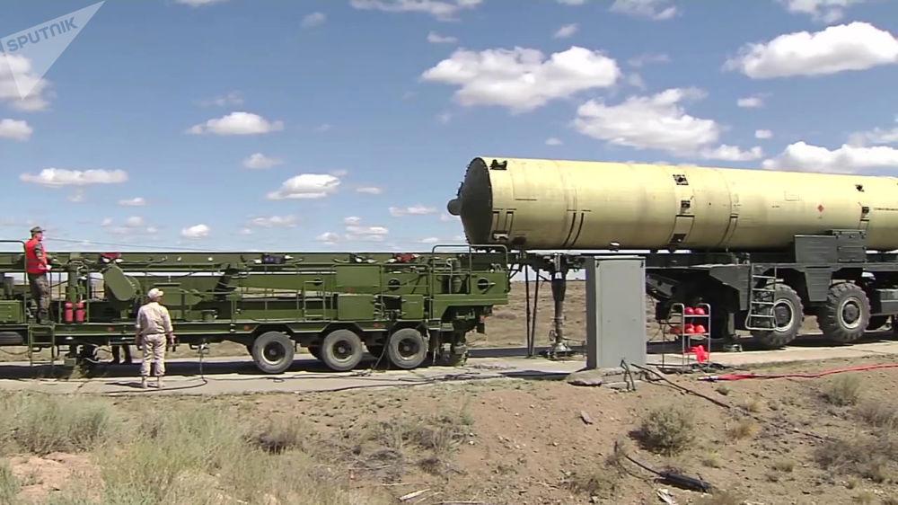 Militares russos instalam míssil em uma plataforma especial no polígono cazaque antes do lançamento