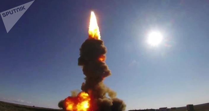 Momento exato do lançamento de míssil interceptador russo (imagem referencial)