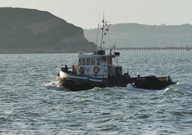 Navio no estreito de Kerch que une o mar Negro ao mar de Azov (foto de arquivo)
