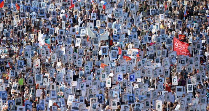No Dia da Vitória na Segunda Guerra Mundial, a ação Regimento Imortal abrangeu toda a Rússia. Os participantes marcham com fotografias dos seus parentes que combateram contra o fascismo e o nazismo, contribuindo para a vitória, há 70 anos.