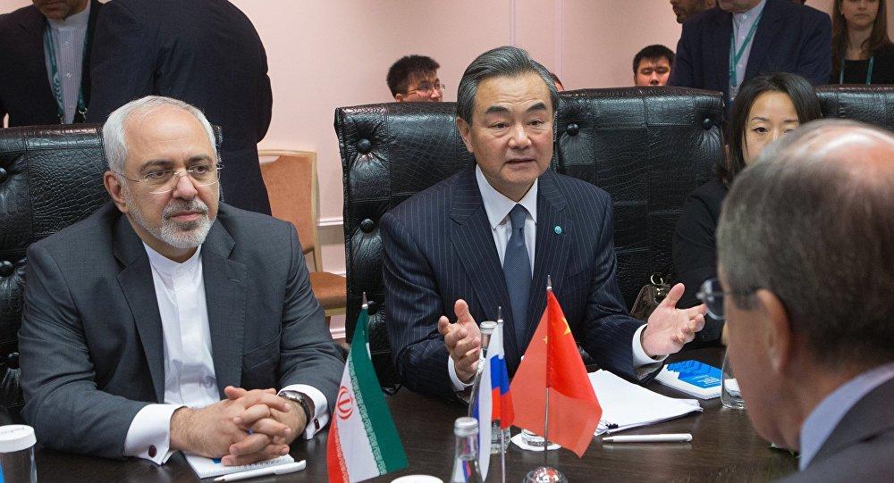 Sergei Lavrov e seus colegas Wang Yi (China) e Mohammad Javad Zarif (Irã) durante a conferência dos chanceleres dos Estados-membros da Organização de Cooperação de Xangai.