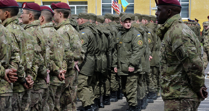 Soldados ucranianos junto com militares americanos durante exercícios perto de Lvov
