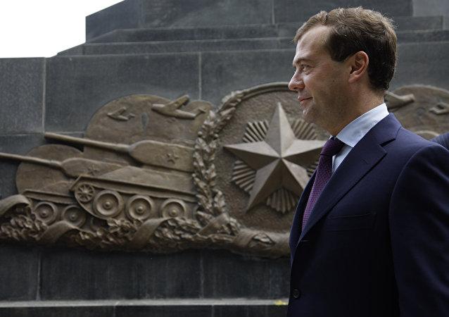 O então presidente russo, Dmitry Medvedev, durante cerimônia no memorial de Dalian, na China, que homenageia soldados soviéticos que morreram durante a ocupação japonesa do Norte da China.