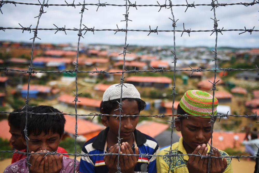 Refugiados rohingyas oram em um campo de refugiados no aniversário do êxodo em massa desse povo de Mianmar para Bangladesh
