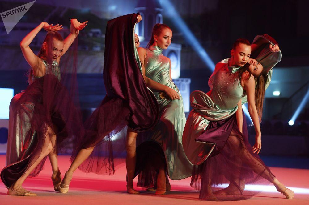 Atletas da equipe russa participam das competições de ginastica artística na cidade de Kazan