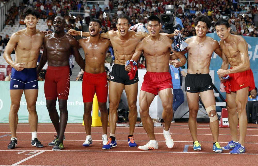 Participantes do decatlo masculino depois da corrida de 1.500 metros durante os Jogos Asiáticos 2018, em Jakarta