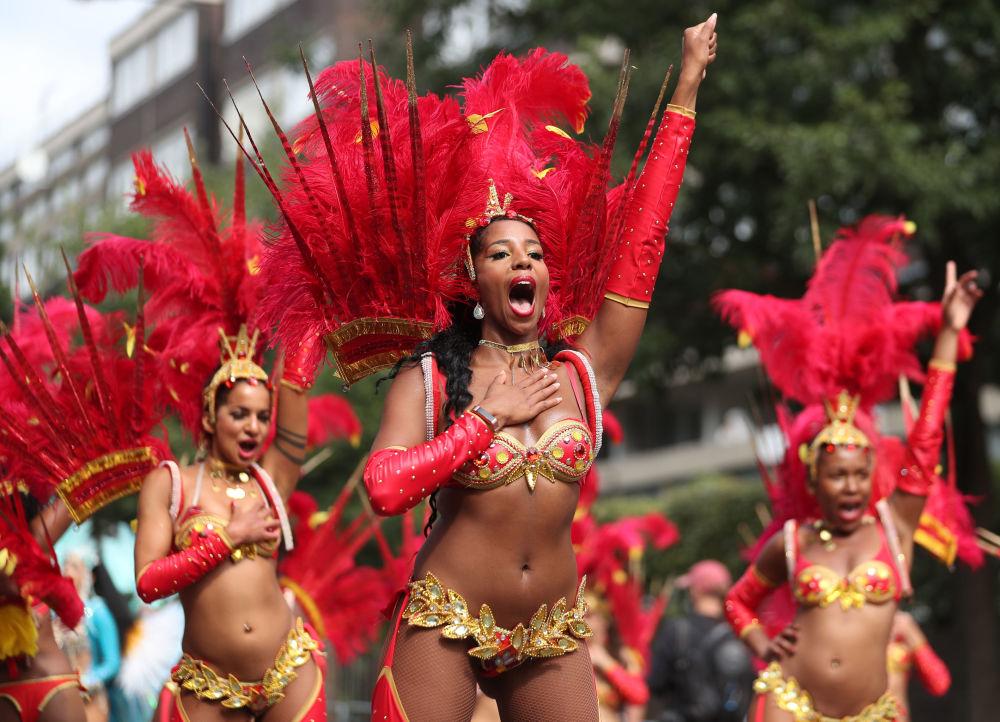 Participantes do carnaval em Notting Hill, a maior demonstração cultural nas ruas europeias, em Londres