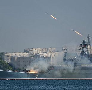 Navio de desembarque russo Azov durante o ensaio geral para o Dia da Marinha em Sevastopol