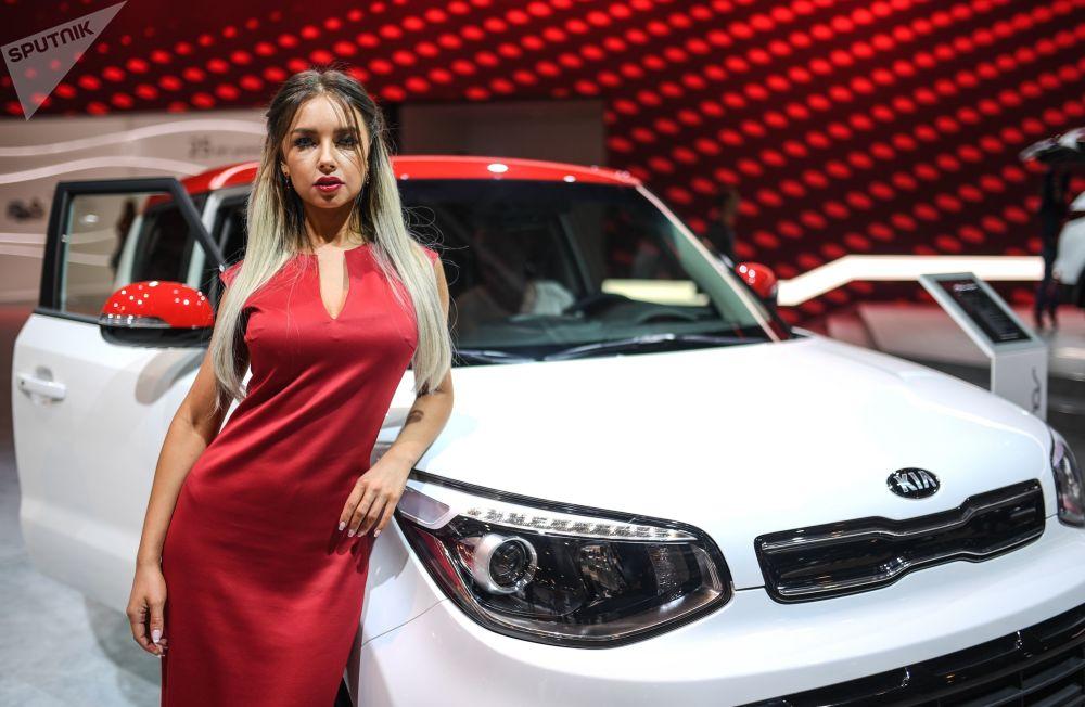 Menina promotora no pavilhão da KIA no Salão do Automóvel de Moscou 2018