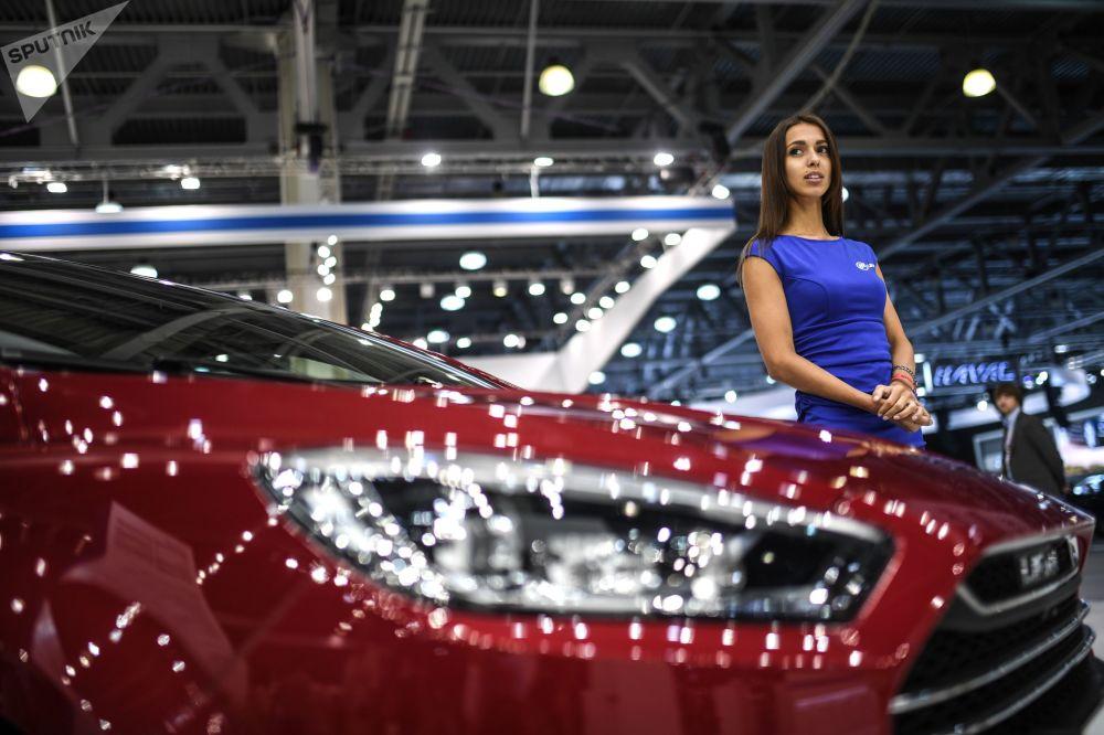 Uma menina promotora no pavilhão da Lifan no Salão do Automóvel de Moscou