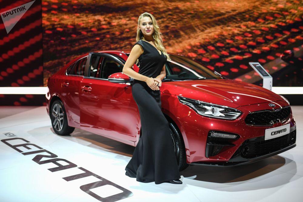 Modelo posa ao lado do Kia Cerato no Salão do Automóvel de Moscou