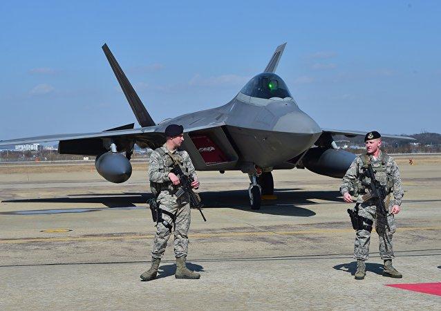 Caça norte-americano F-22 equipado com tecnologia stealth (foto de arquivo)