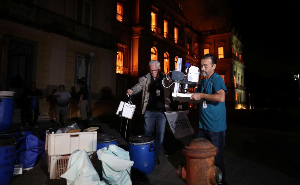 Pessoas tentam salvar artefatos do Museu Nacional no Rio durante incêndio