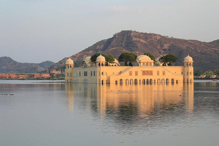 O palácio Jal Mahal emergindo do lago Man Sagarn, Índia