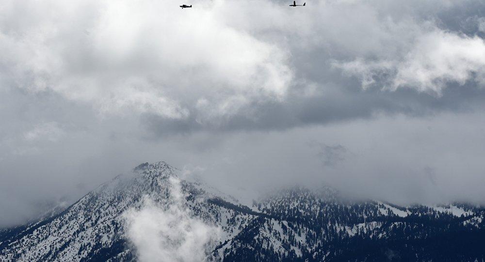 Planador tripulado, Perlan II, sendo puxado por um avião antes do voo de teste pelo CEO do Airbus Group, Jim Payne, em Nevada, em 7 de maio de 2016