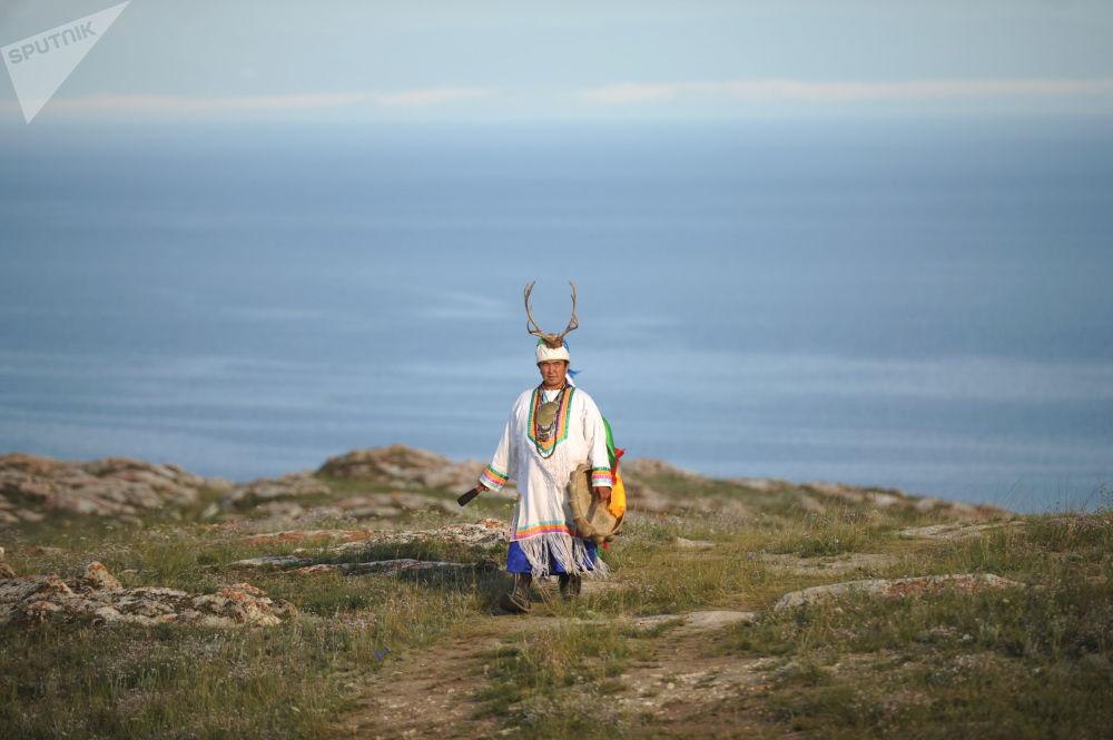 Xamã Valentin Khagdaev nas montanhas da costa do lago Baikal, no sul da Sibéria (Rússia), em 30 de agosto de 2018