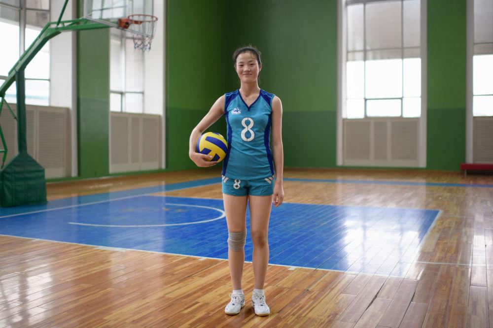 Jogadora de vôlei Ri Yun Sim, de 15 anos de idade, no ginásio do Palácio da Infância de Pyongyang