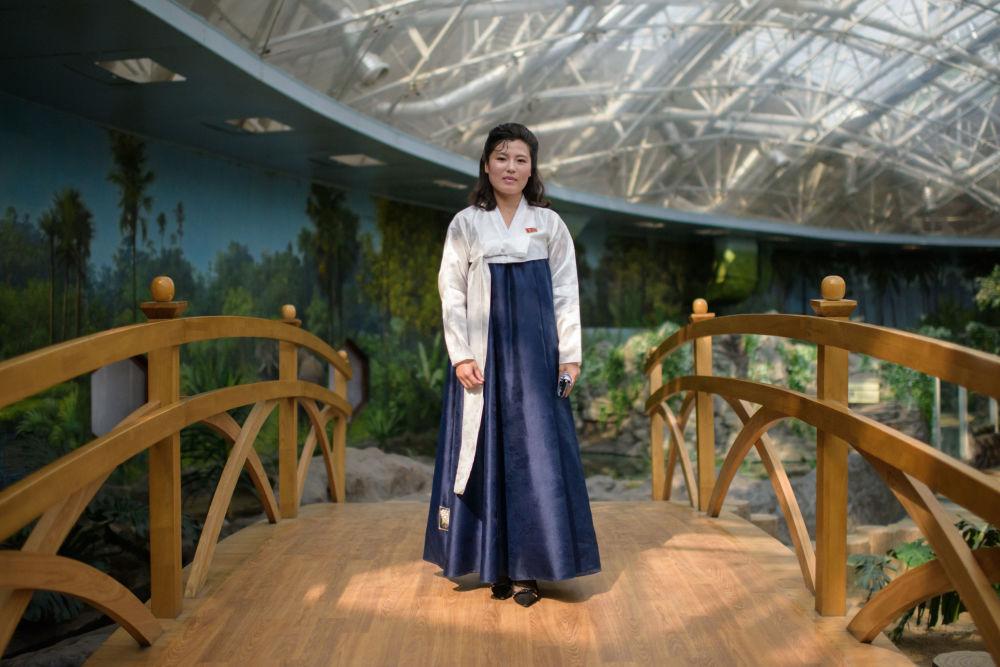 Kim Song Hui, guia turística de 26 anos de idade, posa no Jardim Zoológico Central de Pyongyang