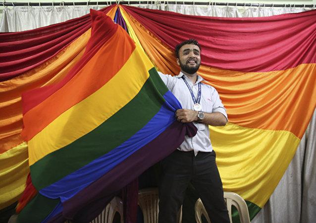 Homem celebra o fim da proibição ao casamento gay na Índia.