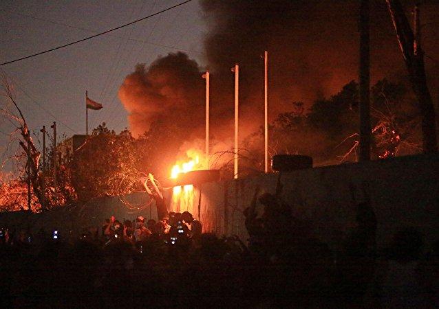 Manifestantes queimam prédios governamentais durante protestos contra o desemprego e serviços públicos de baixa qualidade em Basra, no Iraque