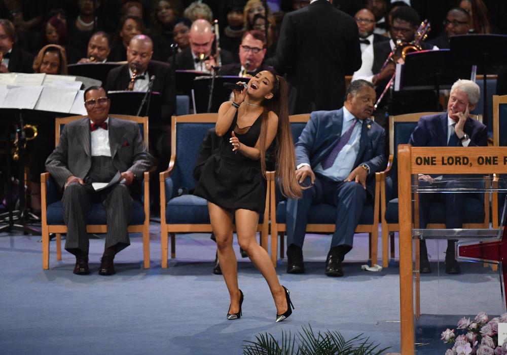 Ariana Grande cantando durante funeral de Aretha Franklin no Templo da Graça Maior em Detroit, Michigan, em 31 de agosto de 2018