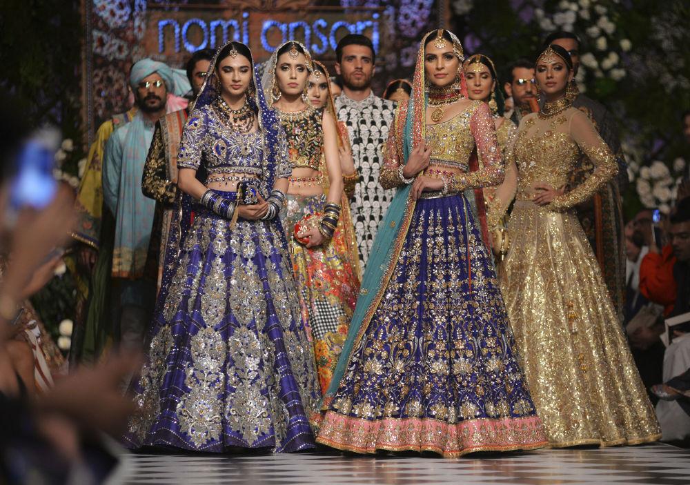 Modelos apresentam vestido tradicional paquistanês feito por Nomi Ansari durante desfile de moda no Paquistão, em 4 de setembro de 2018