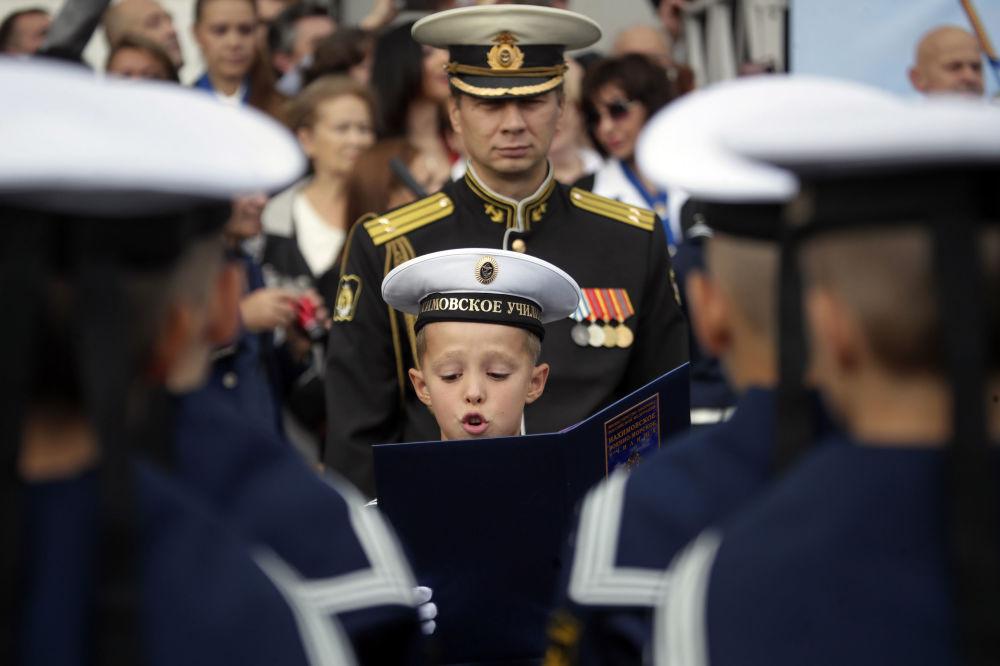 Cadete do primeiro ano da Academia Naval Nakhimov durante cerimônia no início do ano letivo russo, conhecido como Dia do Conhecimento, em São Petersburgo, em 1º de setembro de 2018