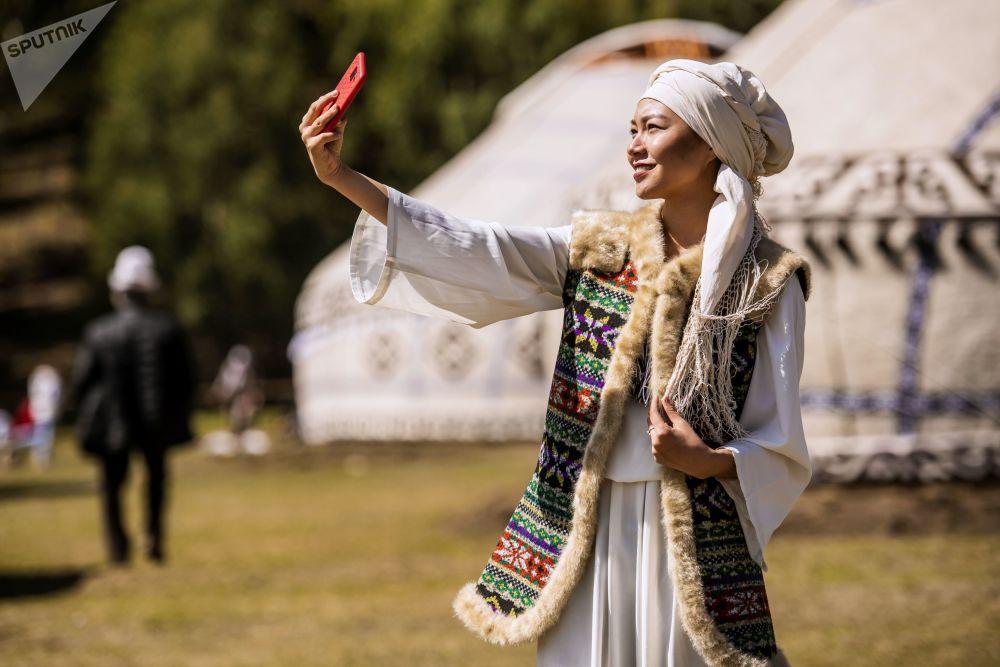 Jovem em traje nacional na abertura de festival étnico no Quirguistão, em 6 de setembro de 2018